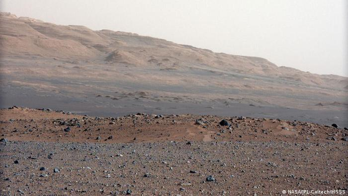 Auf dem Bild: Focusing the 34-millimeter Mastcam This image is from a series of test images to calibrate the 34-millimeter Mast Camera on NASA's Curiosity rover. It was taken on Aug. 23, 2012 and looks south-southwest from the rover's landing site. The gravelly area around Curiosity's landing site is visible in the foreground. Farther away, about a third of the way up from the bottom of the image, the terrain falls off into a depression (a swale). Beyond the swale, in the middle of the image, is the boulder-strewn, red-brown rim of a moderately-sized impact crater. Farther off in the distance, there are dark dunes and then the layered rock at the base of Mount Sharp. Some haze obscures the view, but the top ridge, depicted in this image, is 10 miles (16.2 kilometers) away. Image Credit: NASA/JPL-Caltech/MSSS Quelle: http://marsprogram.jpl.nasa.gov/msl/multimedia/images/?ImageID=4563