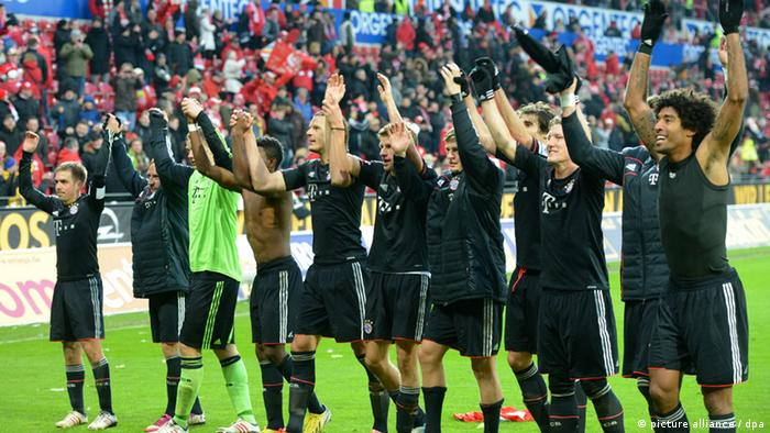 Die Spieler des FC Bayern freuen sich nach dem Schlusspfiff und bedanken sich bei den mitgereisten Fans. (Foto: Roland Holschneider/dpa)