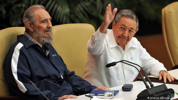 Der kubanische Präsident Raul Castro (r) und sein Bruder Fidel Castro beim 6. Parteikongress in Havanna im April 2011 (Foto: EPA/ALEJANDRO ERNESTO)