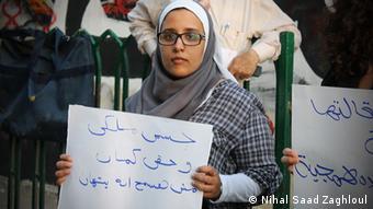 Nihal Saad Zaghloul, Aktivitstin und Mitgründerin von Bassma, Abdruck, mit Schild Mein Körper gehört mir. (Foto: Nihal Saad Zaghloul)