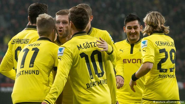 Dortmunds Robert Lewandowski, Marco Reus, Jakub Blaszczykowski, Mario Götze, Nuri Sahin und Marcel Schmelzer jubeln über das 0:1 durch Reus. (Foto: Bernd Thissen/dpa)
