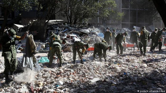 Soldiers search for bodies at the building of Petroleos Mexicanos (Pemex) in Mexico City