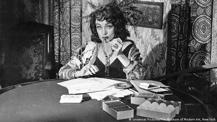 Scene from Touch of Evil **** Die Nutzungsrechte der aktuellen Filmfotos gelten ausschließlich für die Festivalberichterstattung 2013 *** Für eine Verwendung nach dem 15. März des jeweiligen Festivaljahrgangs müssen die Rechte vom jeweiligen Rechteinhaber eingeholt werden. Bei der Verwendung von Fotos in Sozialen Netzwerken ist darauf zu achten, ob das entsprechende Material vom Rechteinhaber für diesen Verwendungszweck freigegeben wurde. Touch of Evil | Im Zeichen des Bösen Land: USA 1958 Regie: Orson Welles Bildbeschreibung: Marlene Dietrich Sektion: Retrospektive Datei: 20137337_3.jpg Quelle: The Museum of Modern Art, New York, © Universal Pictures