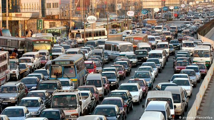 PKW's und Busse stauen sich am 4.2.2004 auf einer mehrspurigen Straße in der chinesischen Hauptstadt Peking. Derzeit gibt es rund zwei Millionen Autos in Peking, doppelt soviele als vor sechs Jahren.