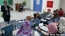 Im Wintersemester 2012 eröffnete erstmalig der Master-Studiengang Media Management, der gemeinsam mit der DW Akademie und der German University Cairo (GUC) ins Leben gerufen wurde. DW/Schmidt bei einer Vorlesung (Foto: DW Akademie/Eira Martens).