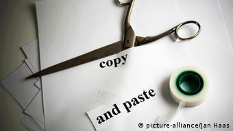 Символ плагиата - ножницы, лента и слова copy and past