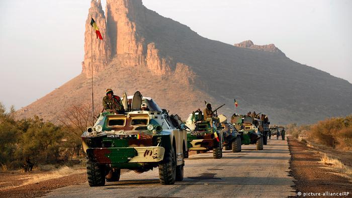 Ein malischer Militärkonvoi auf dem Weg nach Gao Foto: Jerome Delay (AP)