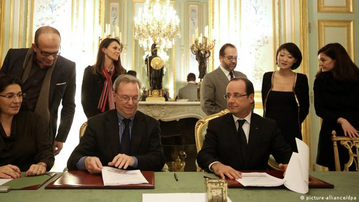 French President Francois Hollande signing the agreement with Google CEO Eric Schmidt in Paris (Copyright: @ Pool/ Stephane Lemouton/Maxppp)
