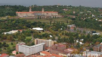 An aerial view of the Union Buildings in Pretoria where crowds and dignitaries have gathered for the inauguration of South Africas next president Jacob Zuma, South Africa, 09 May 2009. 21 heads of state are among the dignitaries witnessing the Inauguration of South Africas third democratically elected president, Jacob Zuma. EPA/JACOLINE PRINSLOO / POOL +++(c) dpa - Bildfunk+++