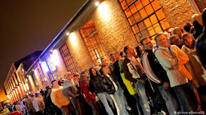 People waiting in line to get into a club, Copyright: dpa - Report