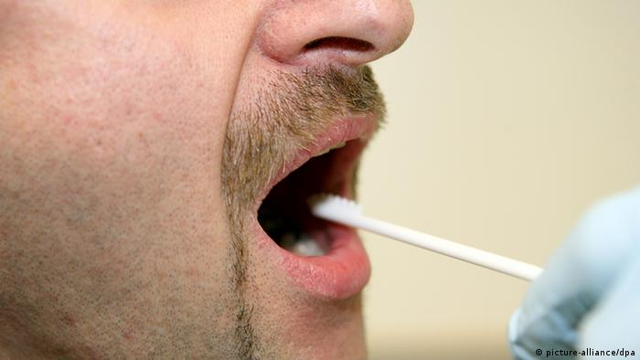 Saliva testing (picture-alliance/dpa)