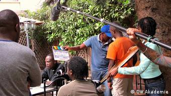 Ort: Kenia, Nairobi, 2012 Beschreibung: One Fine Day Film Workshop ist eine gemeinsames Projekt der DW Akademie, One Fine Film Day und der Produktionsfirma Ginger Ink. Zwei Wochen lang werden rund 50 junge Filmschaffende aus verschiedenen afrikanischen Ländern in den Bereichen Kamera, Drehbuch, Regie, Schnitt, Produktion, Ausstattung und Tongestaltung in Nairobi weitergebildet. Die Trainer und Trainerinnen sind professionelle Filmschaffende. Die Fotos hat Pamela Schobess für uns gemacht, die Rechte liegen bei der DW Akademie.