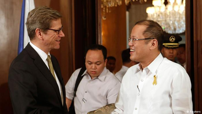Ausschnitt: Philippine President Benigno Aquino (C) shakes hands with German Foreign Minister Guido Westerwelle (L) during a meeting, as Philippine Foreign Affairs Secretary Albert Del Rosario (R) looks on, at the presidential palace in Manila February 7, 2013. Westerwelle arrived in the capital on Thursday for a two-day visit. REUTERS/Rolex dela Pena/Pool (PHILIPPINES - Tags: POLITICS)