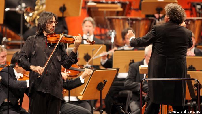 Ein Violinist spielt mit einem Orchester