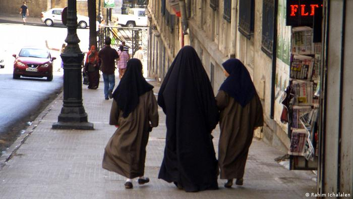 "Thema ""Erste Salafistische Partei in Algerien. Die Bilder haben wir von unserem Korrespondenten in Algerien Toufik Bougaada bekommen. Main title: Salafists in Algeria and party politics Photo title: Salafi woman with her ​​two daughters in the street. Place and date: Algiers, Algeria. April, 04, 2007. Copy right/photographer: Rahim Ichalalen. Iam Rahim Ichalalen. I garant all copyrights to publish my photos for dw"
