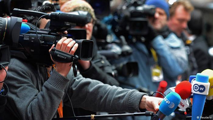 Symbolbild EU Haushaltsgipfel 2013 Wartende Journalisten AUSSCHNITT OHNE HOLLANDE