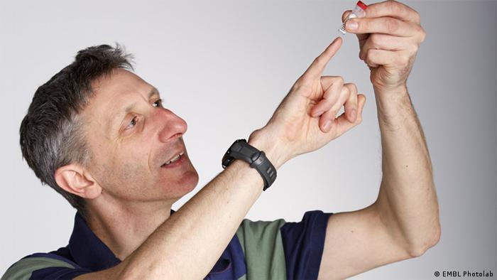 Ник Голдмен с образцом искусственной ДНК