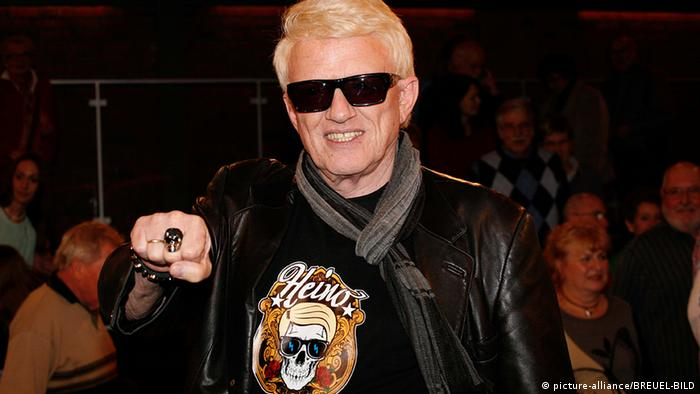 Heino in a leather jacket and t-shirt bearing his name (c) picture-alliance/Breuel-Bild