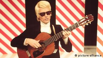 A young Heino on stage with a guitar (c) picture-alliance