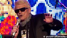 Der Schlagersänger Heino singt am 01.02. 2013 in Hamburg auf der Bühne des NDR-Funkhauses. Heino präsentiert sein neues Album mit dem Titel: Mit freundlichen Grüßen. Foto: Axel Heimken/dpa