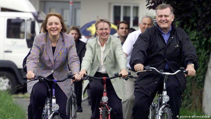 Меркель відкрита до обміну думками з колегами. На цьому архівному фото молода Анґела Меркель у супроводі однопартійців з Християнсько-демократичного союзу Аннетте Шаван та Ервіна Тойфеля відправляються у велосипедну прогулянку на острові Райхена, що на Боденському озері.