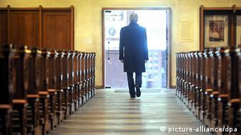 ARCHIV - ILLUSTRATION - In dieser symbolisch nachgestellten Szene verlässt ein Mann am Mittwoch (22.12.2010) die katholische Kirche St. Johann in Bremen. Die Zahl der Austritte aus der katholischen Kirche in Bayern hat sich 2011 im Vergleich zum Vorjahr nahezu halbiert. 34 376 Menschen kehrten im Freistaat laut Statistik der Deutschen Bischofskonferenz (DBK) ihrer Kirche den Rücken - 2010 waren es noch mehr als 60 000 gewesen. Anfang 2010 hatte der Missbrauchsskandal seinen Höhepunkt erreicht. Foto: Ingo Wagner dpa/lby +++(c) dpa - Bildfunk+++