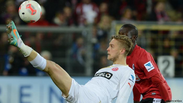 Ken Ilsö (l.) von Düsseldorf kämpft mit Fallou Diagne (r) um den Ball. Foto: Patrick Seeger/dpa