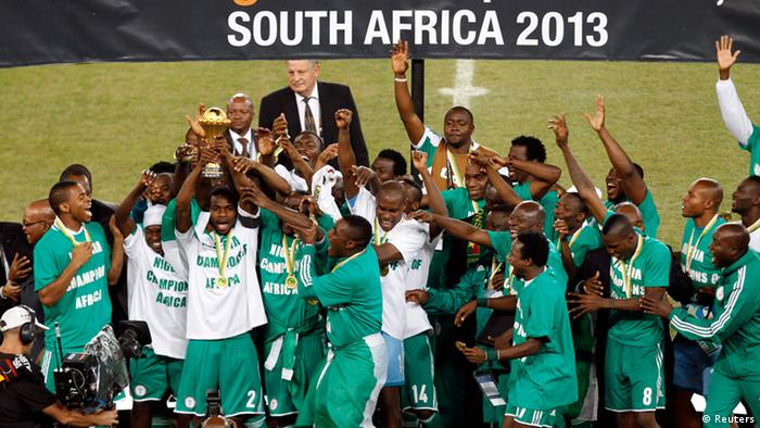 Nigeria's players celebrate winning their African Nations Cup (AFCON 2013) final soccer match against Burkina Faso in Johannesburg February 10, 2013. REUTERS/Siphiwe Sibeko (SOUTH AFRICA - Tags: SPORT SOCCER)