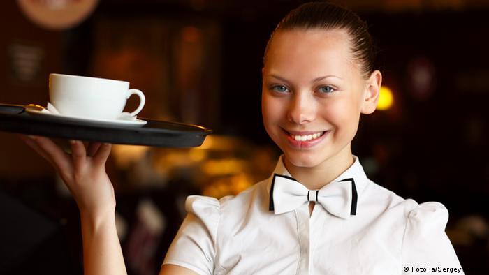 Девушка подрабатывает официанткой