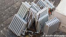 ARCHIV - Alte ausrangierte Heizkörper liegen nach einer Gebäude-Sanierung am 02.04.2012 in einem Innenhof in Ansbach (Bayern). Nach dem Scheitern des Steuerbonus für energetische Gebäudesanierungen will der Bund solche Umbauten im Alleingang bezuschussen: mit bis zu 5000 Euro je Projekt. Foto: Daniel Karmann/dpa (zu dpa «Bis zu 5000 Euro Zuschuss für energetische Haussanierung geplant» vom 16.12.2012) +++(c) dpa - Bildfunk+++