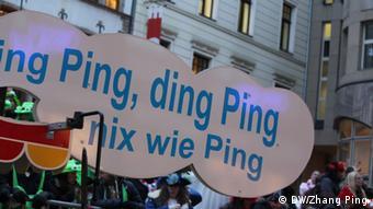 Der Kölner Karnevalszug am Rosenmontag (11.02.13) war traditionsgemäß bunt und international. Chinesische Elemente waren auch zu sehen.  Copyright: DW/Zhang Ping