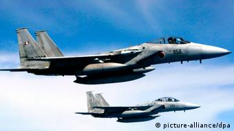 epa03045006 (FILE) A file picture dated 19 April 2005 shows two Japan Air Self-Defense Force F-15 aircraft during a refueling training exercise held off the Kyushu island coast, in south Japan. Reports state on 29 December 2011 that the United States has confirmed the sale of nearly 23 billion euros of new fighter jets to Saudi Arabia. The US will send 84 Boeing F-15 jets to Saudi Arabia, and upgrade 70 existing Saudi F-15s. EPA/HITOSHI MAESHIRO *** Local Caption *** 00000402956167 +++(c) dpa - Bildfunk+++