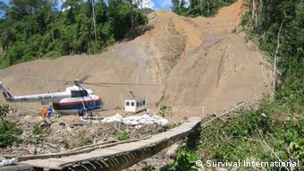 Helicópteros del proyecto Camisea en la selva de la que viven estos pueblos.