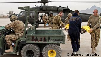 US-Soldaten vor einem Hubschrauber (Foto: picture-alliance/dpa)