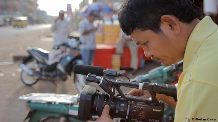 A Cambodian journalist filming on the streets (Photo: Florian Kroker)
