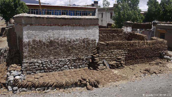 A house made of Yak manure (Photo: scjody / CC BY-SA 2.0)