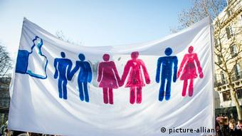 A banner in support of rights for gay marriage in France (Photo EPA/ETIENNE LAURENT (zu dpa:Kirche oder Knast? - Die Homo-Ehe spaltet Europa vom 11.02.2013) +++(c) dpa - Bildfunk+++)