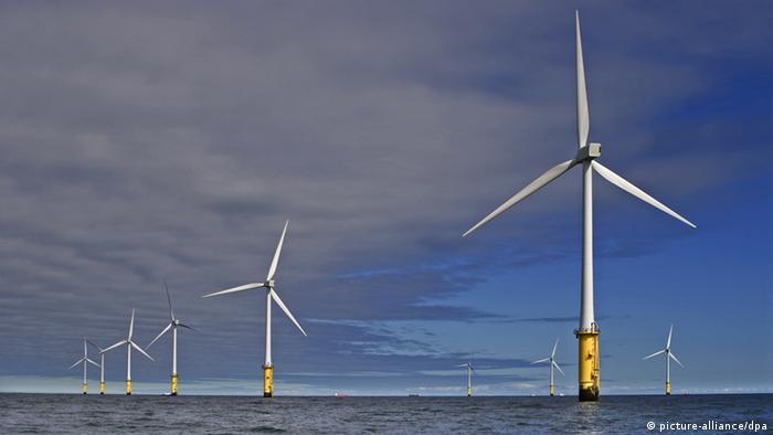 ARCHIV - ILLUSTRATION - Der bereits in Betrieb befindliche RWE Innogy Windpark offthe coast of northern Wales (c) dpa - Bildfunk