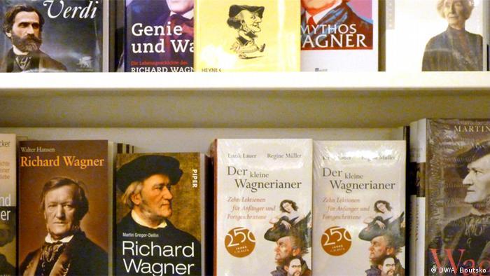 Ein regal mit mehreren Wagner-Neuerscheinungen (Foto: Anastassia Boutsko
