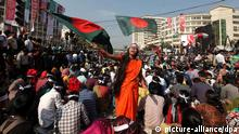 epa03581692 Bangladeshi activists hold national flag and shout slogans at the Shahbagh intersection, in Dhaka, Bangladesh, 13 February 2013. Reports state that protesters gathered for the ninth day against the life sentence given to the leader of the 'Jamaat-e-Islami' party, Quader Molla, a sentence the protesters call too lenient and demanding capital punishment instead. EPA/MONIRUL ALAM +++(c) dpa - Bildfunk+++