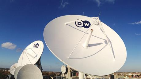 DW Satellitenschüsseln auf dem Funkhaus in Berlin