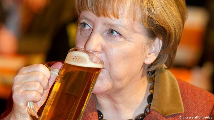 Ангела Меркель с кружкой пива