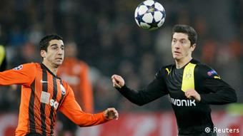Shakhtar Donetsk's Henrik Mkhitaryan (L) fights for the ball with Borussia Dortmund's Robert Lewandowski