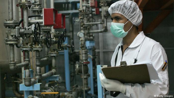 Ein Techniker inspiziert eine iranische Atomanlage (Foto:afp)
