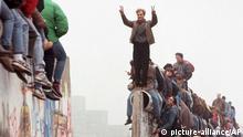 Menschen aus Ost und West feiern die Maueroeffnung am Postdamer Platz in Berlin am 12. Nov. 1989. Vor 15 Jahren, am 9. Nov. 1989, verkuendete der SED-Funktionaer Guenter Schabowski das neue Reisegesetz und damit die Oeffnung der Mauer. (AP Photo/Lionel Cironneau)