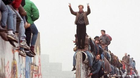 Berlin Maueroeffnung am Potsdamer Platz 1989 (picture-alliance/AP)