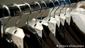 Anzüge von Hugo Boss hängen am 11.02.2013 während der 63. Berlinale in einem Hotelzimmer auf einem Kleiderständer. Schauspieler und Schauspielerinnen können sich für ihren großen Auftritt auf dem roten Teppich von Kopf bis Fuß einkleiden lassen. Foto: Sven Hoppe/dpa