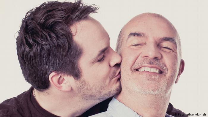 Ein Mann küsst einen anderen (Foto: Fotolia)