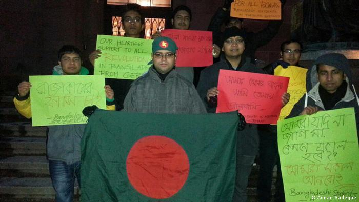 Titel: Bangladeshis demonstrate solidarity with Shahbag in Munich and Freiburg Description: Bangladeshis living in Munich and Freiburg arranged a protest meeting in demonstrate solidarity with Shahbag protest. The Shahbag Mass Movement of 2013 in Bangladesh began on February 5, 2013 in Dhaka, Bangladesh, with the demand of capital punishment for Abdul Quader Mollah and all other accused war criminals of the 1971 Bangladesh Liberation War. Keywords: Dhaka, Munich, Freiburg, NRB, Shahbag, Protest, War crime, 1971 Copyright: Adnan Sadeque, a NRB Internet activist living in Germany shared these photos with DW. Photo copyright goes to: Adnan Sadeque