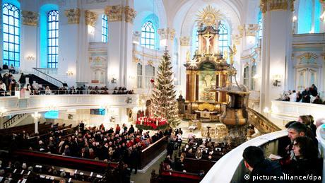Η εκκλησία του Αγίου Μιχαήλ που ονομάζεται Michel από τους κατοίκους του Αμβούργου, θεωρείται η πιο όμορφη μπαρόκ εκκλησία στη Βόρεια Γερμανία. Την παραμονή των Χριστουγέννων υπάρχει πάντα μια μεγάλη θεία λειτουργία. Μια αγαπημένη παράδοση που θα συνεχιστεί φέτος - οι θείες λειτουργίες θα πραγματοποιούνται εναλλάξ εντός και εκτός ναού, σύμφωνα με τους κανόνες για την πανδημία.